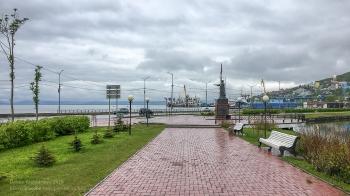Площадь Ленина. Вид на Авачинскую бухту и памятник Петру и Павлу. Петропавловск-Камчатский