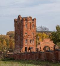 Фото водонапорной башни на фоне разрушенных строений усадьбы Подвязье