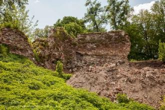 Бывшая крепостная стена. Руины замка Грос Вонсдорф. Калининградская область