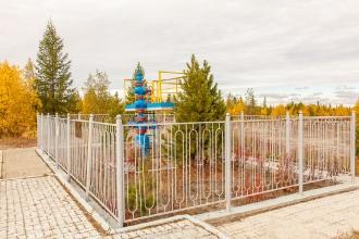Новый Уренгой. Памятник первой скважине. Символический вентиль