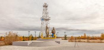 Новый Уренгой. памятник первой скважине и людям