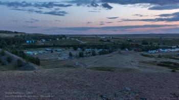 Аркаим. Вид с горы Шаманки на туристический лагерь и Музей природы и человека. Вечернее фото