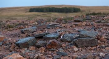 Камни на вершине горы Шаманки. Заповедник Аркаим. Челябинская область