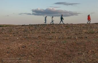 Заповедник Аркаим. Туристы ходят по каменному лабиринту на вершине горы Шаманки
