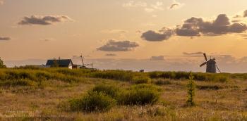 Заповедник Аркаим. Вечерний пейзаж с ветряной мельницей