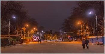 Автозаводский парк. Вид от главного входа. Вечернее фото