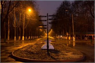Указатель на главной аллее. Вечернее фото Автозаводского парка. Нижний Новгород