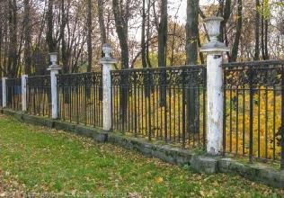 Старые колонны парковой ограды. Фото