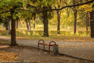 Скамейка в сквере у пушки. Автозаводский парк. Фото 2014 г.
