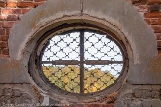 Овальное окно в разрушенной церкви