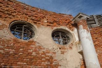 Под бывшим куполом разрушенной церкви