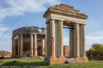 Фото разрушенной церкви и открытой звонницы в виде триумфальной арки