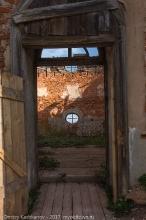 Подвязье. Вход в разрушенную церковь