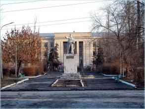 Поселок завода им. Петрова. Памятник Ленину