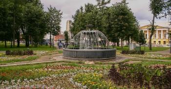Фонтан в парке у Соборной площади. Фото 2004 г.