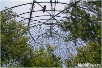 Башня Шухова. Внутри растут деревья. Фото