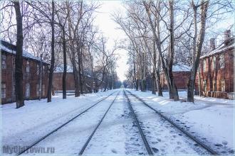 Улица Профинтерна. Нижний Новгород. Трамвайные пути между деревянных домов