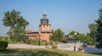 Часовая башня и танк в Нижегородском кремле. Фото