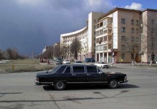 Автомобиль Чайка Газ-14 на проспекте Молодежном. 2002 год