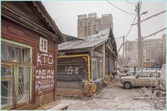Старые деревянные и новые высотные дома по улице Славянской в Нижнем Новгороде