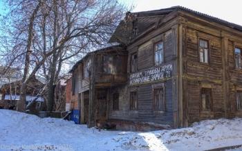 Старые дома. Надписи на стенах. Одним трущобы, другим изумрудные замки
