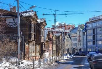 Улица Славянская. Старые деревянные и новые дома. Фото