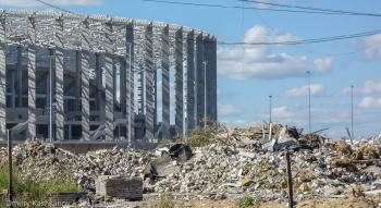 Старые разрушенные дома и новый стадион на Стрелке