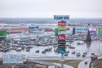 Торговый центр Седьмое небо рядом со стадионом. Фото