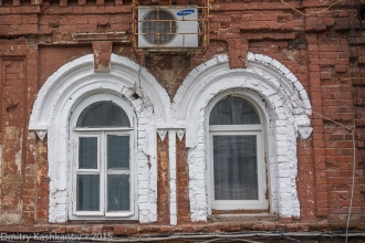 Стрелка, д. 4. Старые окна и кондиционер