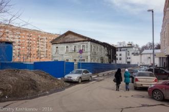 Дом 5 в Гранитном переулке. Синий забор заброшенной стройки. Фото 2016 года