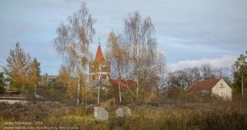 Правдинск. Церковь Святого Георгия. Вид сквозь желтые осенние березы