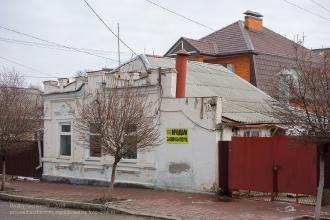 Ейск. Старый каменный дом с фальшфасадом. Улица Ленина