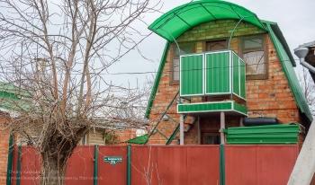 Ейск. Домик с балконом и навесом