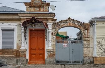 Ейск. Дом 1902 года постройки. Крыльцо и ворота