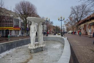 Ейск. Улица Свердлова. Фонтан перед зданием музея