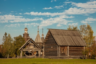 Деревянные домик, колодец, церковь. Суздаль