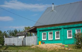 Деревня Шаньково. Дом в конце улицы. Грузовик стоит на кабине и кузове