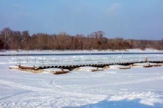 Фото Клязьмы в г. Гороховце. Понтонный мост на зимовке