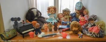Игрушечный рояль, плюшевые мишки, куклы времен СССР. Фото