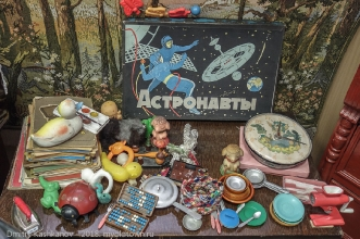 Настольная игра Астронавты, кукольная посудка, счеты, краски. Старые игрушки