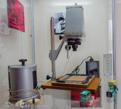 Фотоувеличитель и красные фонари для печати фотографий
