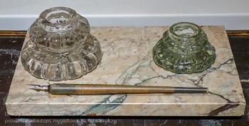 Старые стеклянные чернильницы и перьевая ручка. Дзержинский краеведческий музей