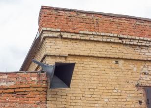 Старомодный четырехугольный репродуктор на стене старого паровозного депо