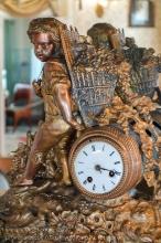 Старинные каминные часы. Фрагмент
